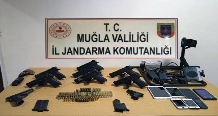Muğla'da yapılan silah ve mühimmat kaçakçılığı operasyonunda 4 şüpheli şahıs gözaltına alındı.