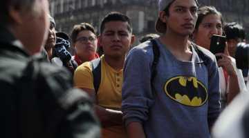Un grupo de personas (mayoría hombres) discuten en la plancha del Zócalo del Centro Histórico de la Ciudad de México la situación de violencia que vive el país
