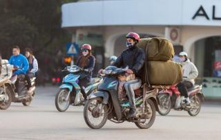 Cómo viajar con cargas sobresalientes en moto