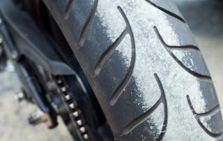 Cómo cambiar la rueda trasera de una moto