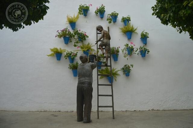 Escultura de una anciano y un niño en homenaje a los patios de Córdoba