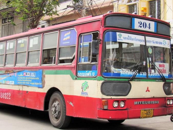 Autobús típicamente destartalado en Bangkok