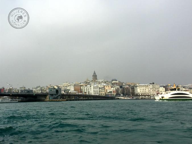 Vista de la Torre y el Puente de Gálata desde la zona europea.
