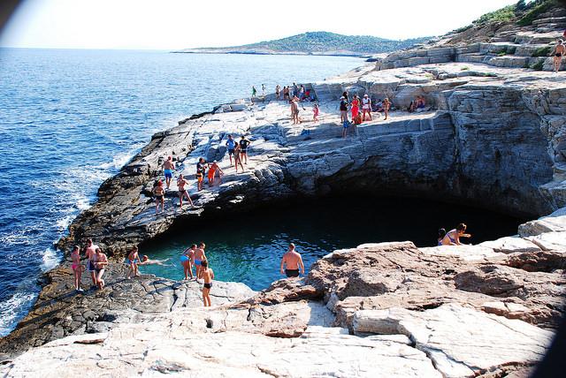 Vista de la Laguna Giola en la isla de Thassos en Grecia