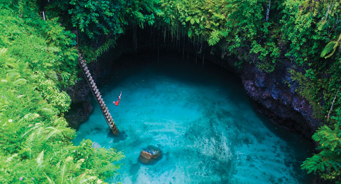 Vista desde arriba de la piscina To Sua en Samoa