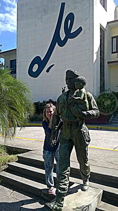 Delante de la Sede del Partido Comunista. Estatua del Che con niño.