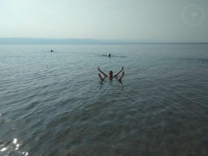 Flotando en el Mar Muerto jordano.