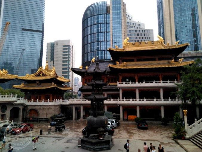 Jing'an Temple rodeado de edificios modernos.