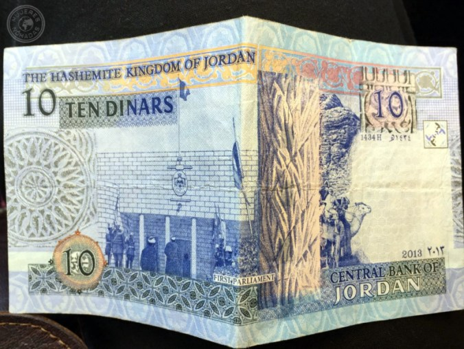 Un billete de 10 dinares.