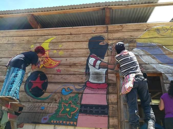 Pintando murales.
