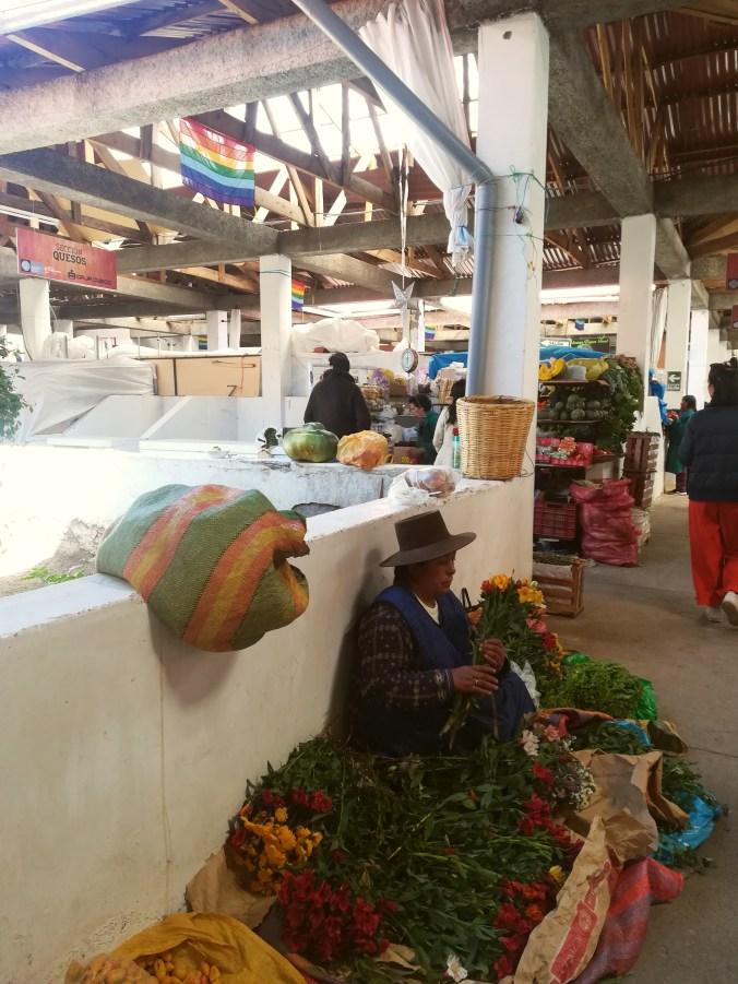 Mujer en mercado de San Blas.