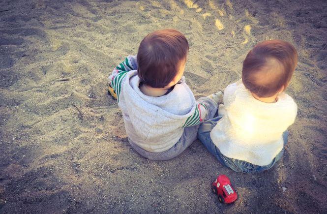 Los gemelos y mellizos se estimulan y ayudan mutuamente