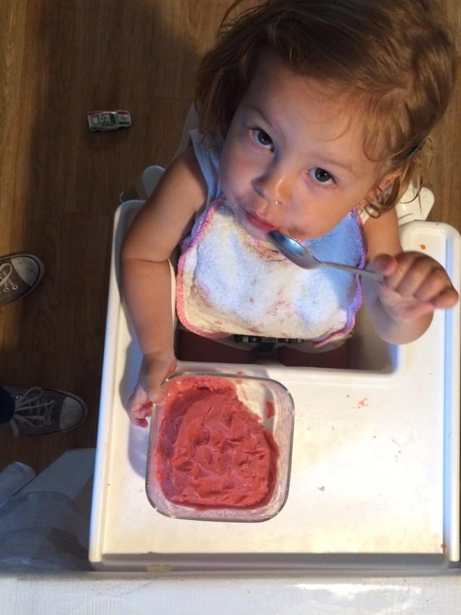 Helado de fresa bebe comida de familia