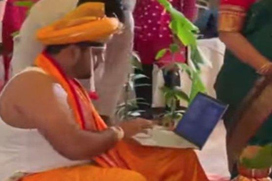 شادی کے روز بھی دلہا لیپ ٹاپ استعمال کرتا رہا، ویڈیو وائرل