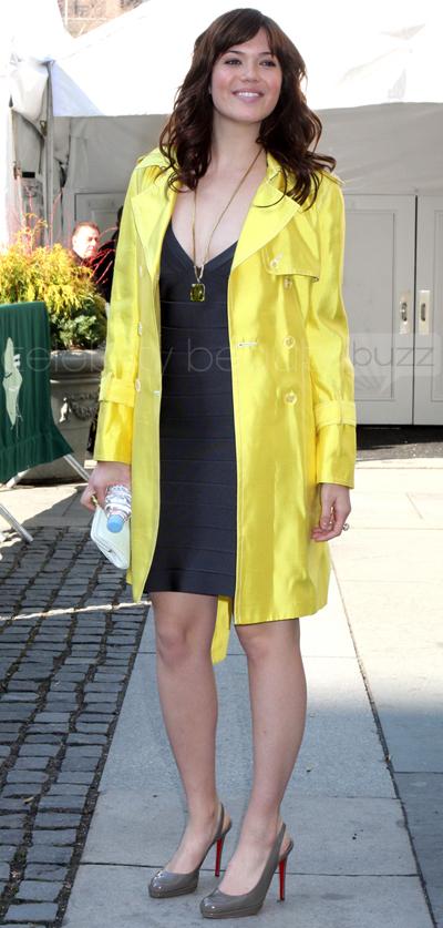 Trench Coat amarelo Mandy Moore