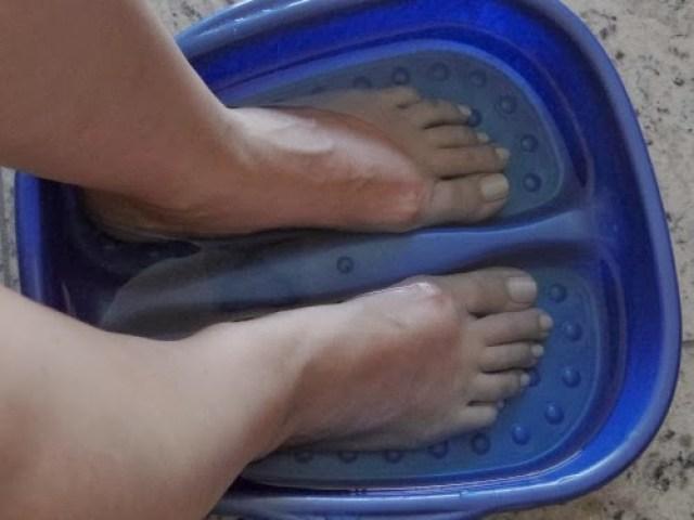 Receita de Listerine e Vinagre para amaciar os pés funciona? testei