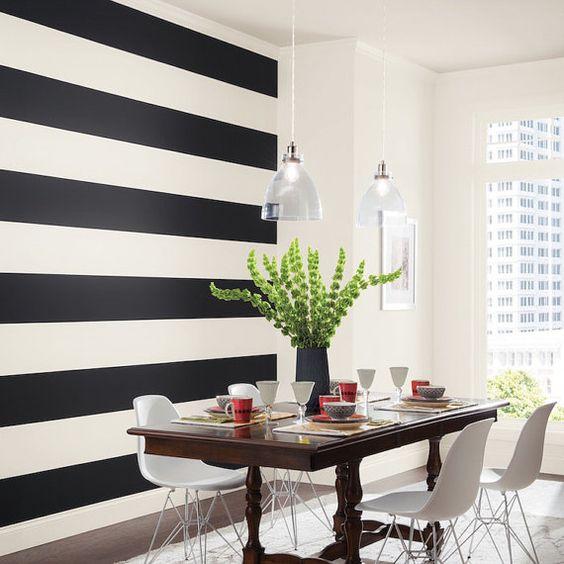 parede listrada preto e branco