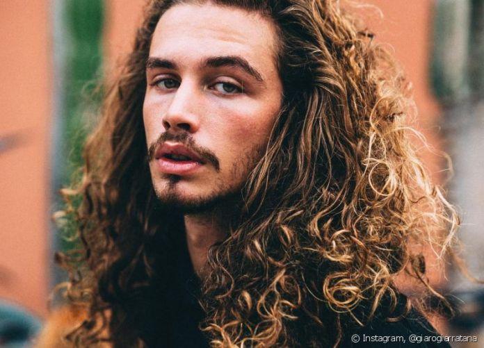 165394-homens-com-cabelos-grandes-apostam-nas-l-article_media_item-3