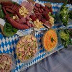 Salate und Wurstplatte