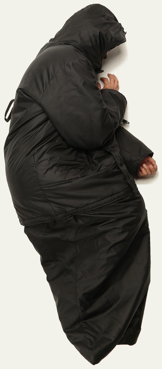 Hombre recostado dentro de una campera negra