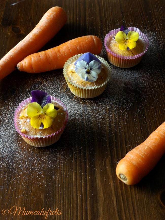 Carrot Cupcakes Carota con farina di riso e fiori edibili