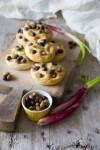 focaccine con cippollotti e olive taggiasche