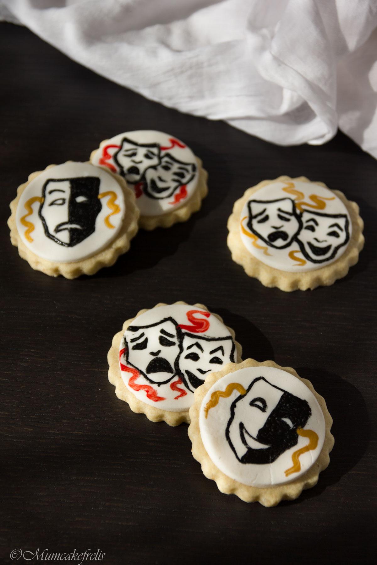 biscotti dipinti a mano su pasta di zucchero