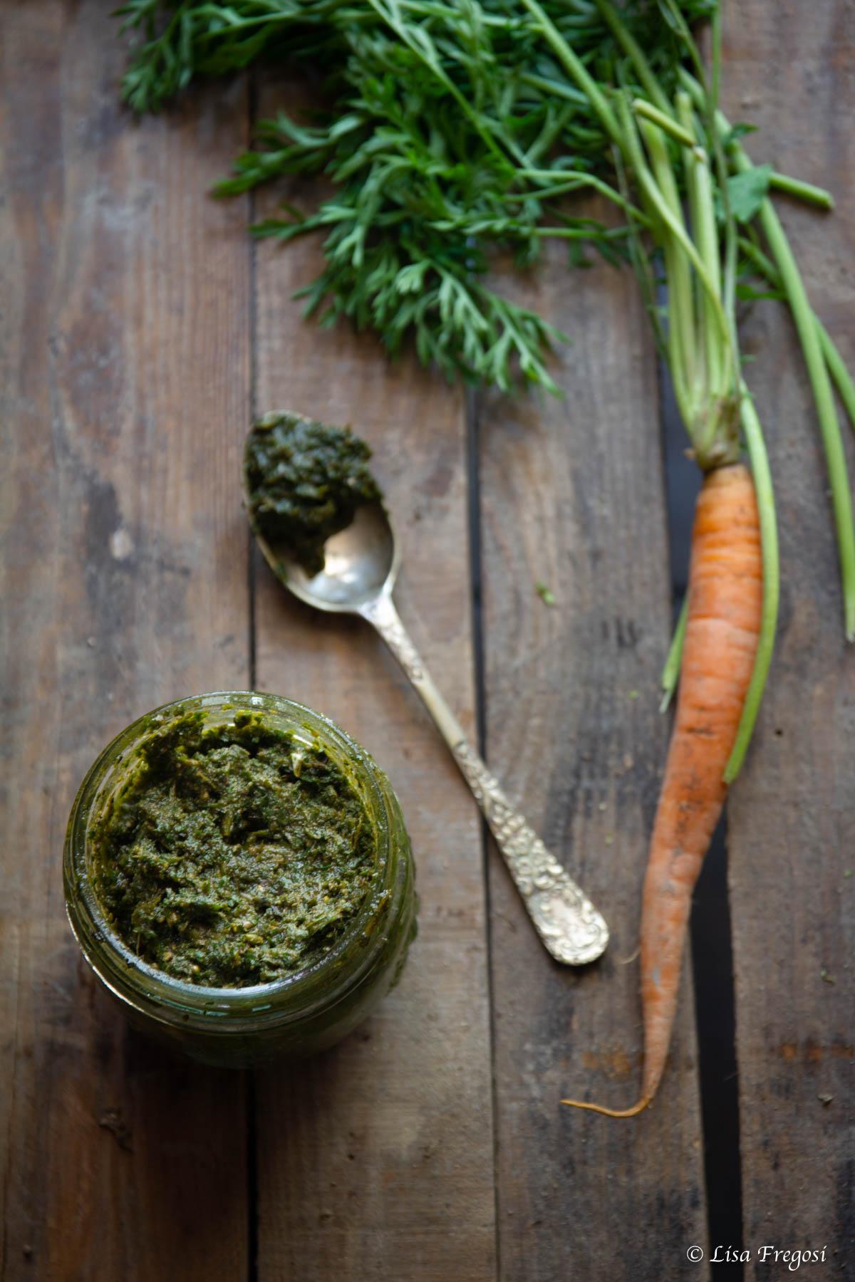 Pesto di ciuffi di carote uso in cucina