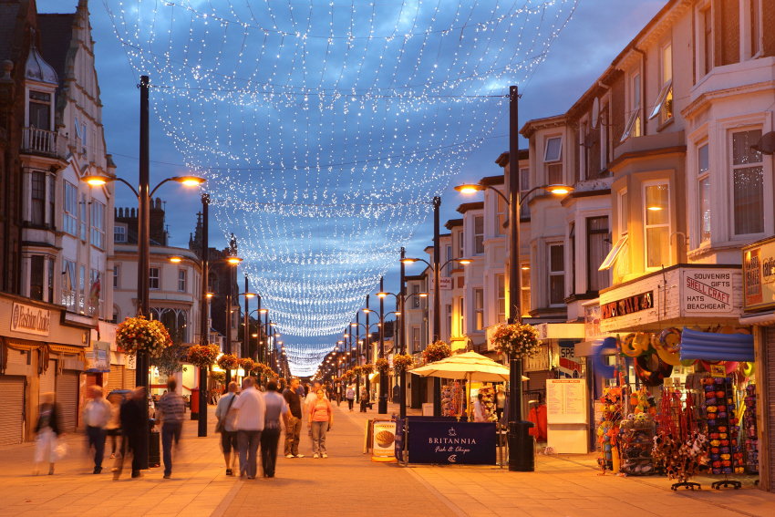 regent road in great yarmouth at night