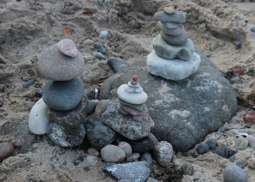 building-stone-cairns-at-the-beach