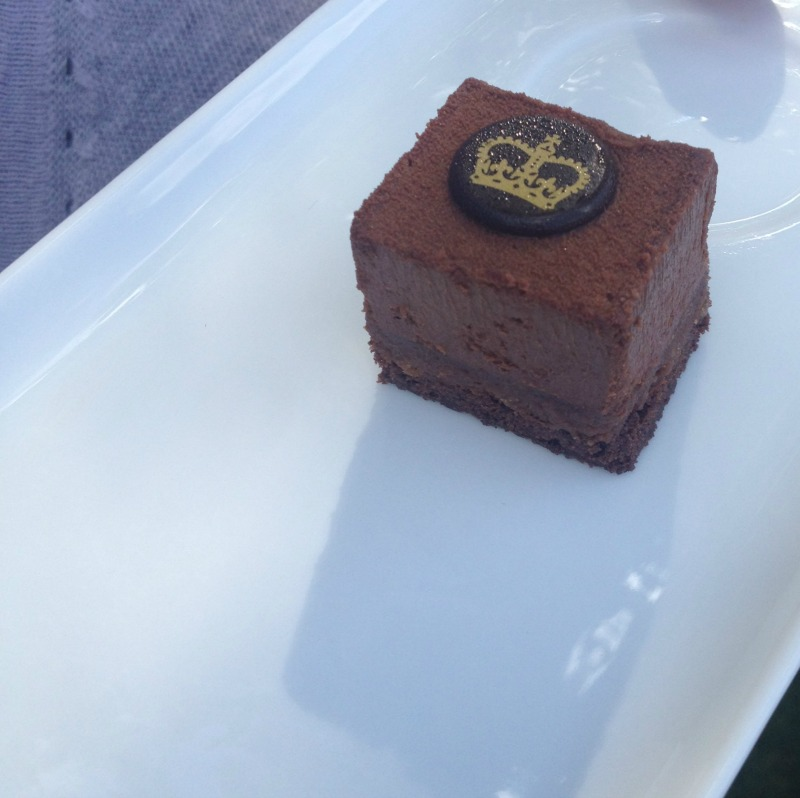 Buckingham Palace crown cake