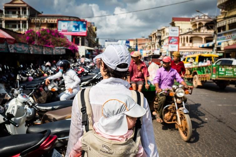 En porte-bébé à la sortie du marché local de Kampot au Cambodge