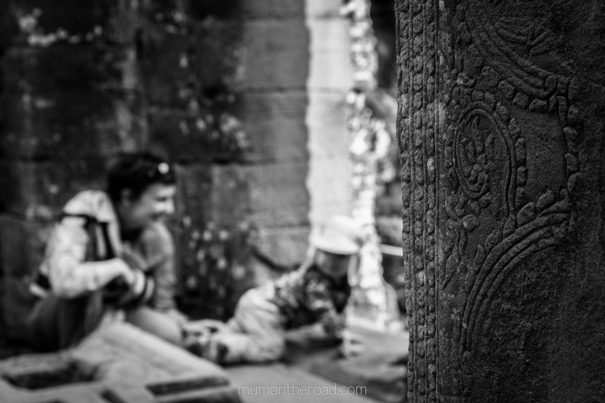 Petite pause sur la terrasse supérieure du Bayon à Angkor au Cambodge - Mumontheroad voyage avec bébé
