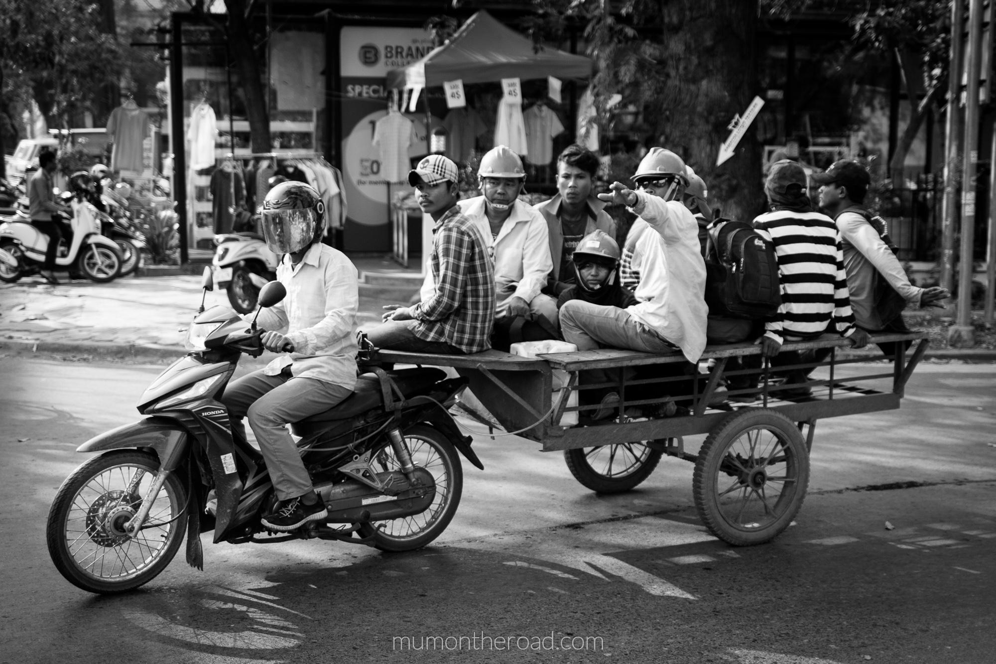 Transport collectif dans les rues de Siem Reap au Cambodge