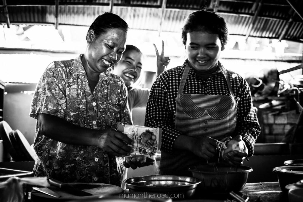 Cuisinières d'un restaurant khmer à Kompong Chhnang