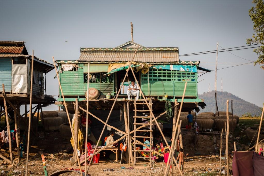Maison sur pilotis sur les rives du Tonlé Sap à Kompong Chhnang au Cambodge