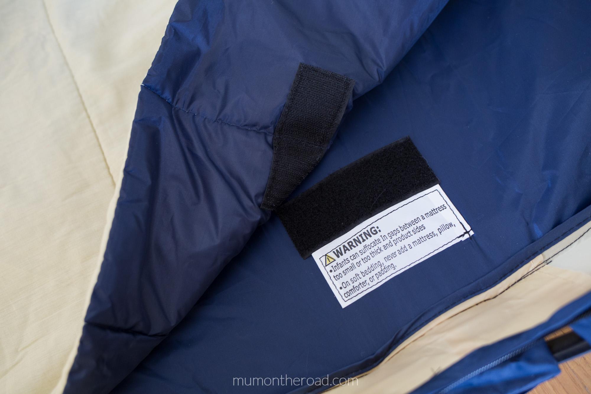 Velcro qui permet d'attacher le tapis de couchage à l'intérieur de la tente Deryan Travel Cot Baby