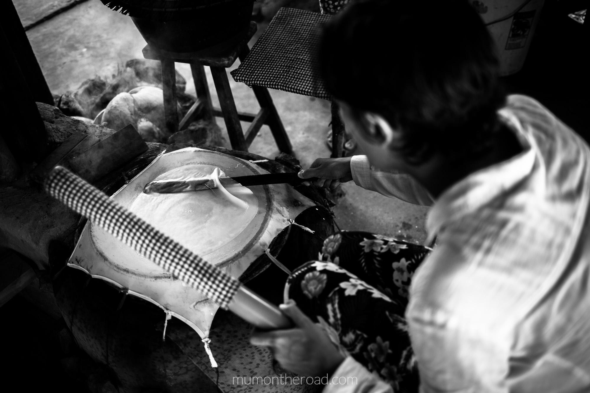Mumontheroad s'exerce à la confection de galettes de riz