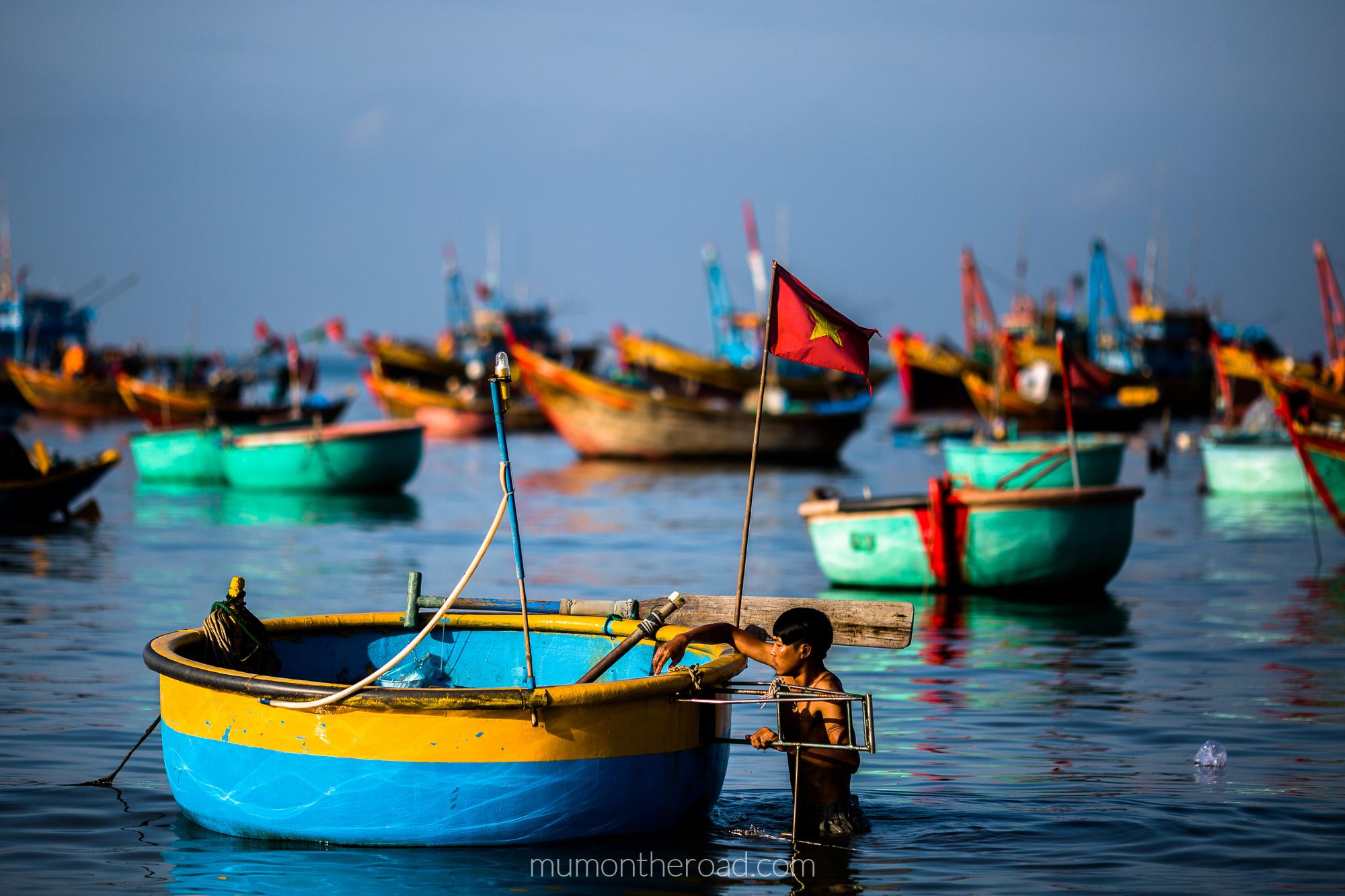 Homme lavant son bateau panier au village des pêcheurs de Mui Ne au Vietnam
