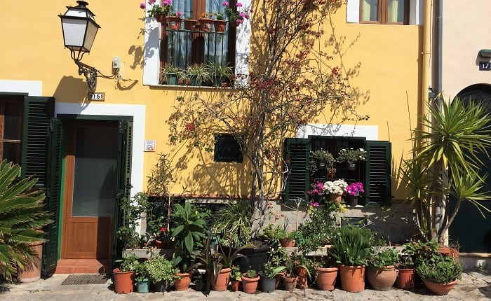 Palma, house with flowers outside