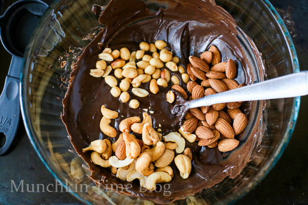 Delicious Nut Clusters No Bake Dessert Recipe - made of cashews, almonds, peanuts and chocolate.  Super easy recipe to make for Valentine's day or Mother's day. #dessertrecipe #valentinesday