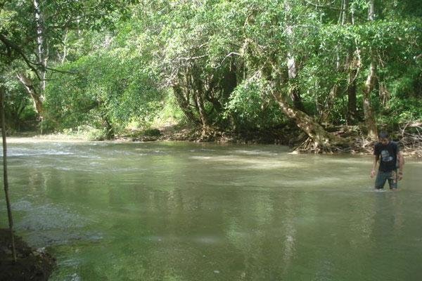 carles cruzando el río
