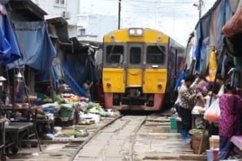 El mercado más surrealista de Tailandia… ¡Está en la vía del tren!
