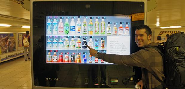 Albert con una máquina de vending digital