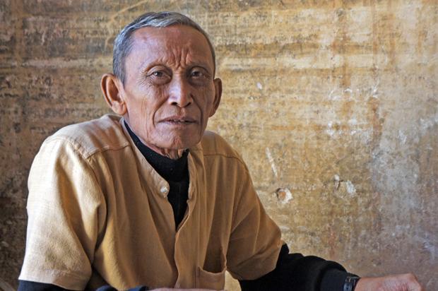 Hombre-mayor-en-el-templo
