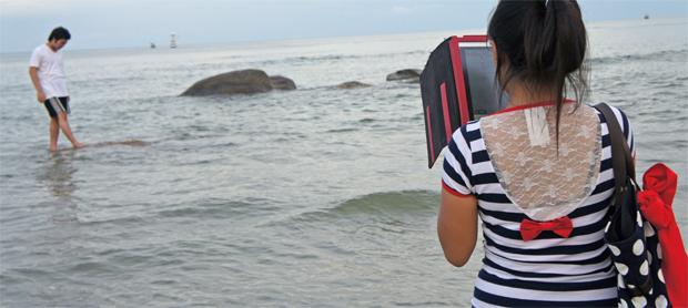 Chica-haciendo-una-foto-a-su-novio-en-Hua-Hin