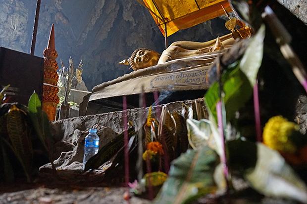 Buda reclinado en la cueva
