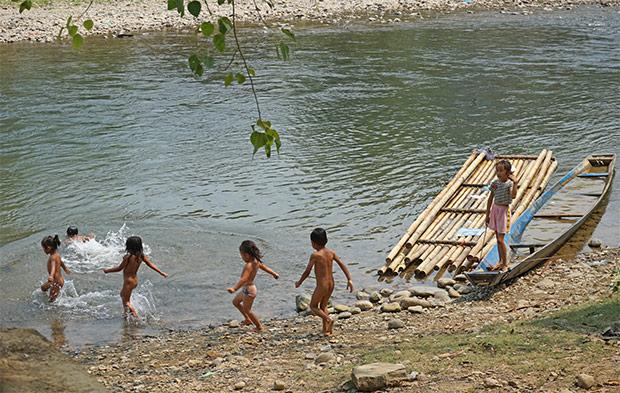 Niños bañándose en Vang Vieng