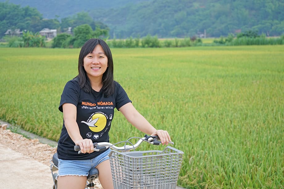 Mujer en bici en Vietnam