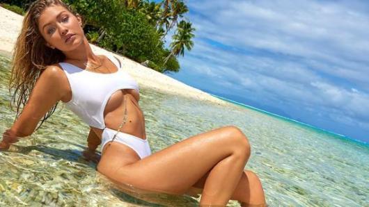 El modelo que lleva Gigi Hadid es para las más arriesgadas, ya que lleva dos escotes: uno en las piernas y otro debajo del pecho.